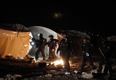 כוחות הביטחון בין האוהלים במאחז (צילום: רויטרס)