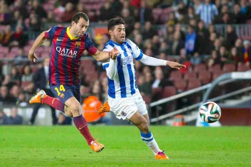 Carlos Vela, del Real Sociedad, no pudo ocultar su molestia por el arbitraje  en la llave con el FC Barcelona. Foto Notimex