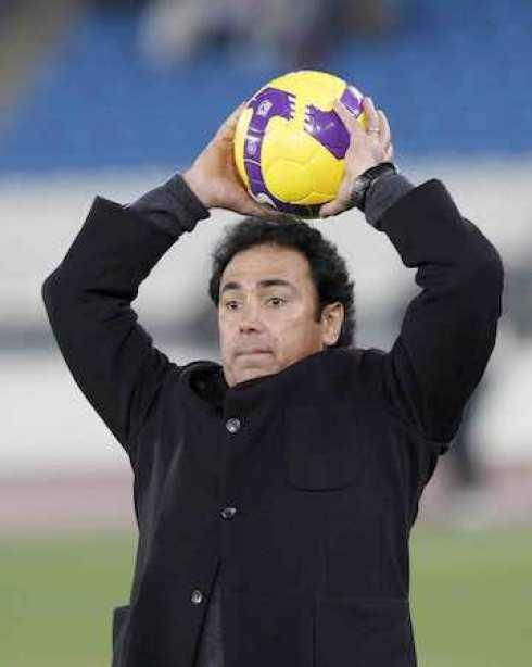 Debutó en la Primera División el 23 de octubre de 1976 ante Tigres de la UANL, y su primer gol lo marcó el 27 de marzo de 1977.