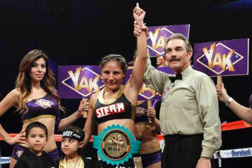 """Después de 10 rounds, Mariana """"Barbie"""" Juárez se impuso con puntuaciones de 96-94 por parte de los tres jueces, en la contienda por el campeonato internacional avalado por el Consejo Mundial de Boxeo."""
