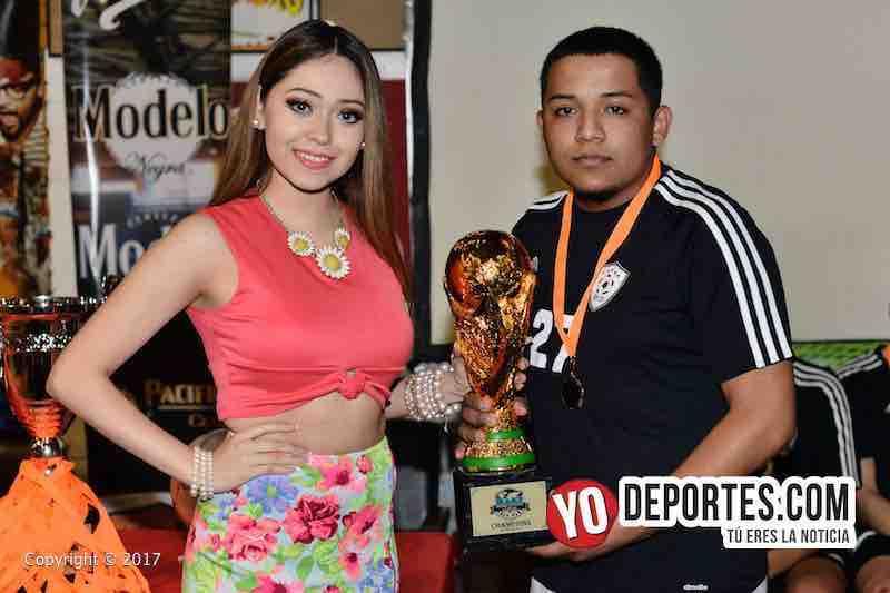 Leslie Cruz entrega la copa de campeones a Jorge Moreno de Deportivo DF en Mundi Soccer League.