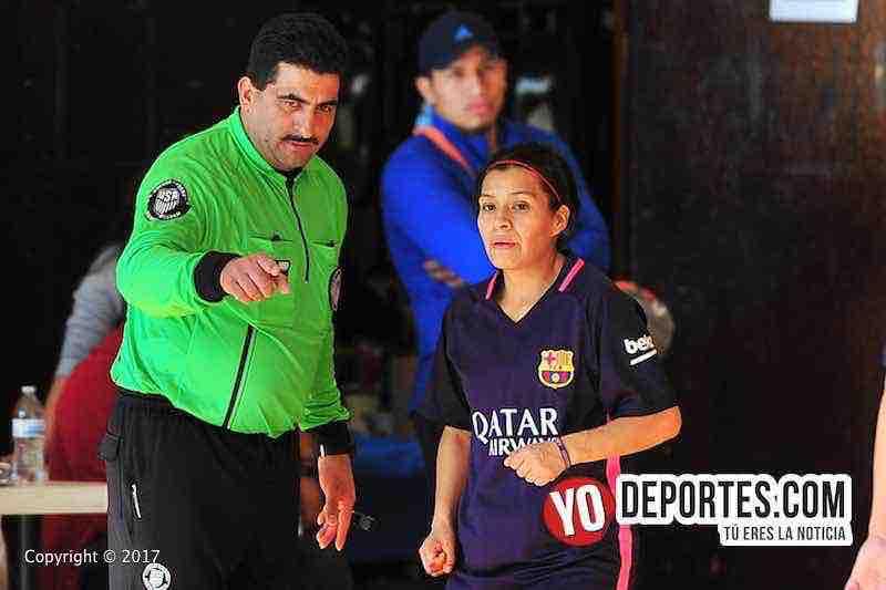 Otto media el árbitro en cuartos de final del futbol femenil de la Liga Club Deportivo Checa.