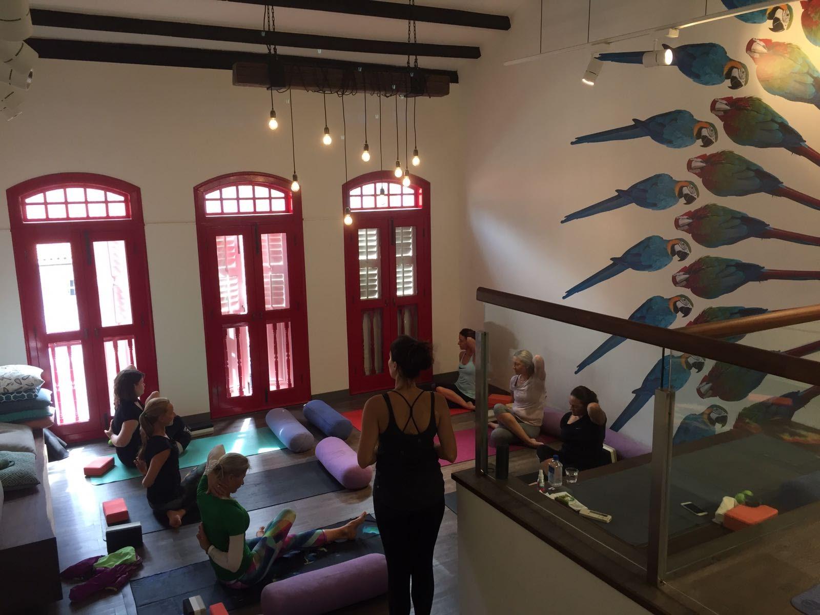 Atelier de yoga à Genève - Laurence votre professeur de Yoga lors d'un atelier yoga