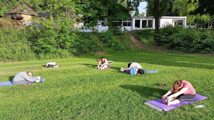 Cours de yoga à Montigny-le-Tilleul, quand il fait beau, nous pratiquons sur la pelouse