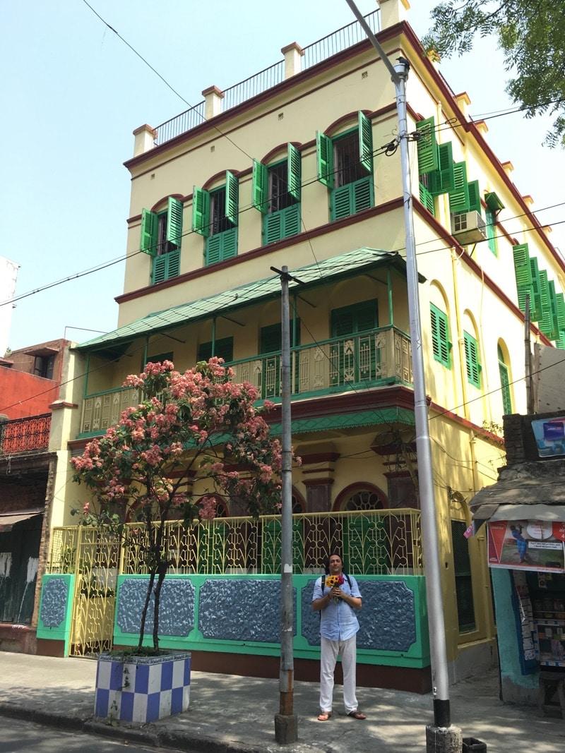 Davide R. Diesi davanti alla casa Lal Gosh in Garpar Road n.4 | Kolkata