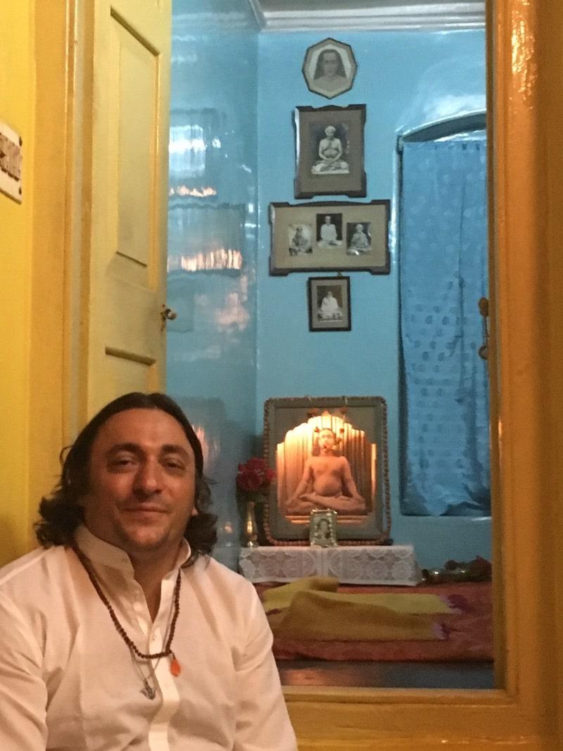 Davide R. Diesi seduto nella famosa mansarda dove Yogananda ebbe le divine visioni della Madre Divina e di Babaji | Garpar Road n.4 KOLKATA