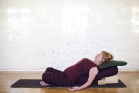 Kvinna i vilande position i yinyoga