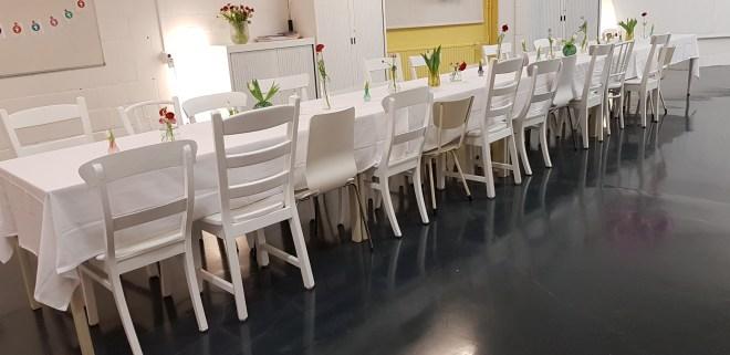 Lange tafel in grote zaal