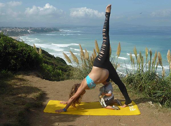 yoga avec enfant qui passe sous sa maman en posture chien tête en bas