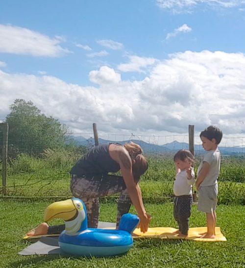 yog avec enfants qui gênent sur le tapis de yoga