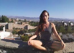 Monique de Yoga y Viajes meditando en Granada