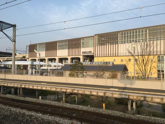 在来線ホームから新幹線駅舎を