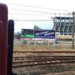 停車する電車とベストアメニティスタジアム