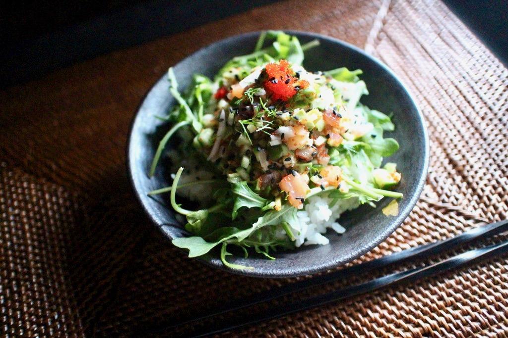 野菜たっぷりのスモークサーモン丼