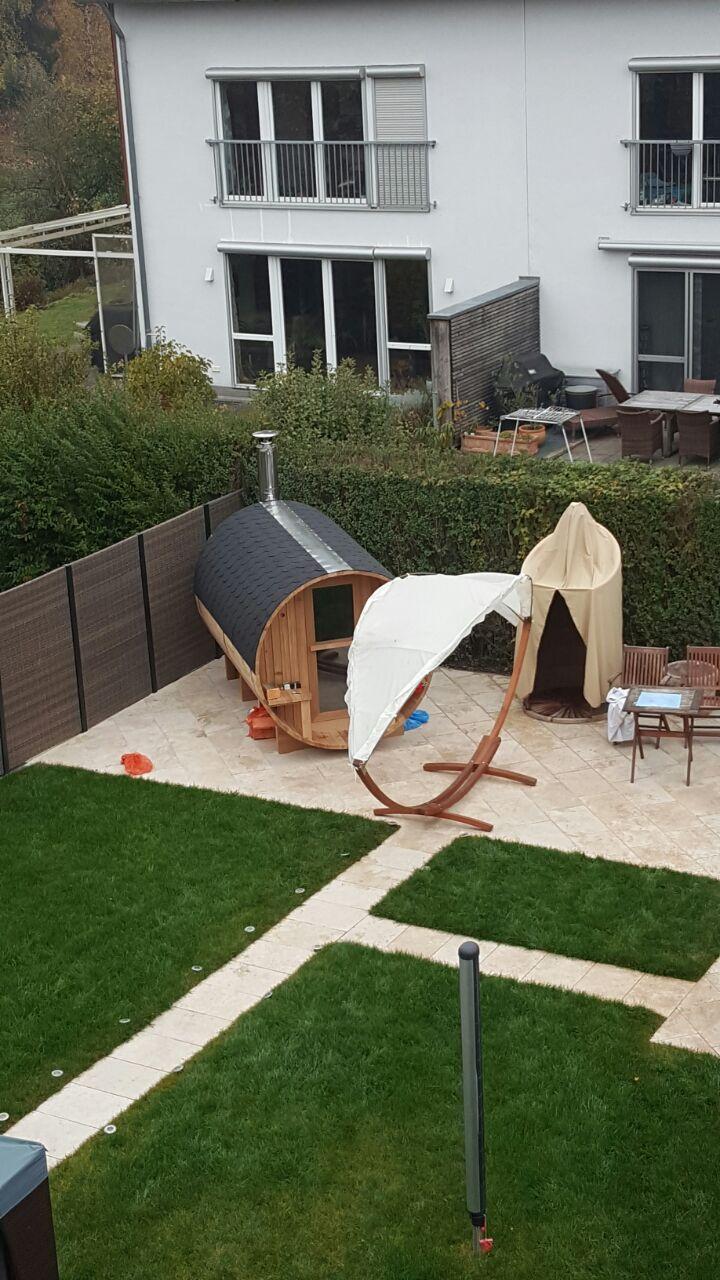 yan komşunun bahçede gerçek-zamanlı sims oynuyor olması