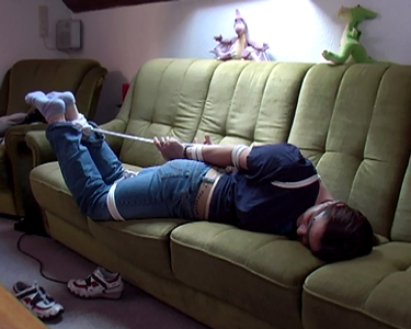 Couch Hogtie mit verbundenen Augen