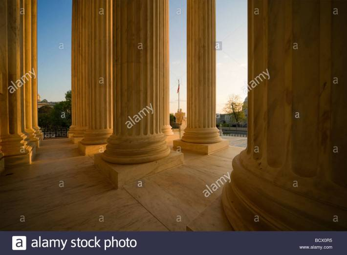 us-supreme-court-building-main-entrance-colonnade-with-american-flag-BCX0R5