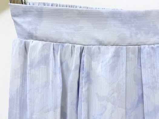 earth優雅透視感大理石紋路垂墜裙.紫-實品近拍-外層是直紋雪紡紗,但是非常粗糙,粗到我都不敢相信是百貨品牌的了!