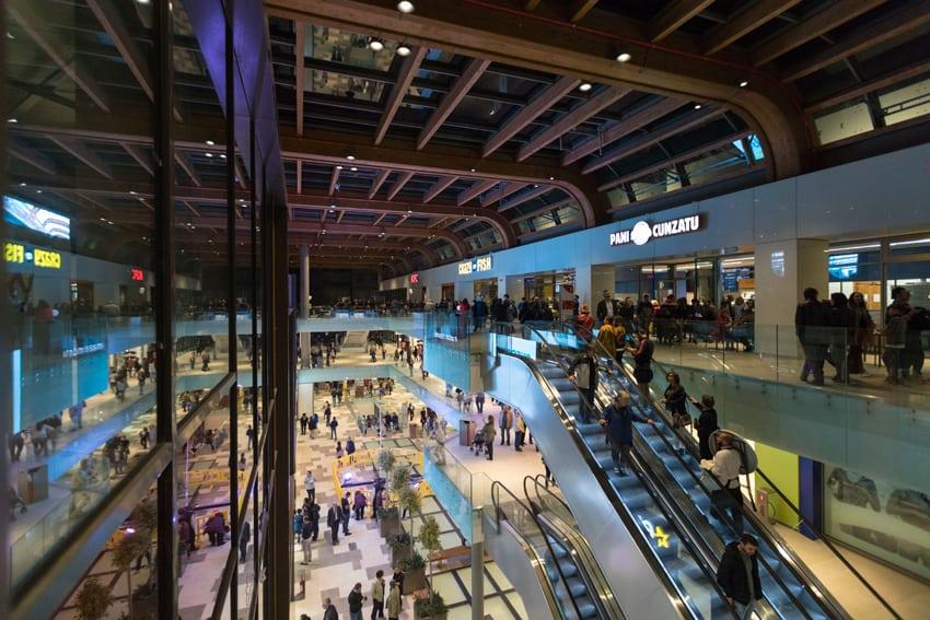 Aura è un centro polifunzionale che include 60 negozi, un ipermercato, una palestra e un book store