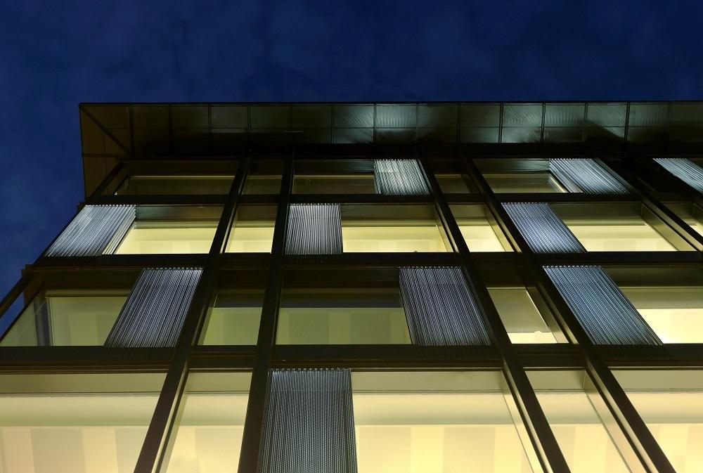 particolare facciata milano di notte