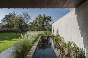 Vasca nel giardino di entrata ©Photographix
