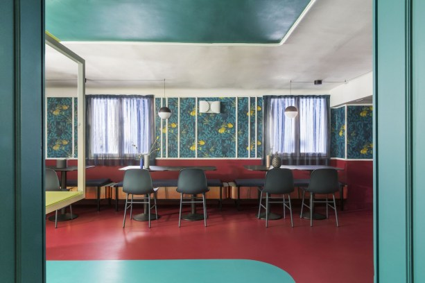 La sala da pranzo veste le tonalità dell'azzurro, del blu e del verde acqua