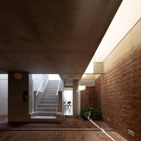 L'ingresso agli appartamenti del piano terra e la scala che porta alle abitazioni dei piani superiori