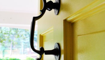How To Upgrade Your Old Brass Door Knobs With Spray Paint | Young ...