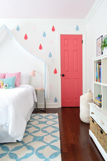 GirlsRoom-Blue-Rug-Pink-Closet-Door