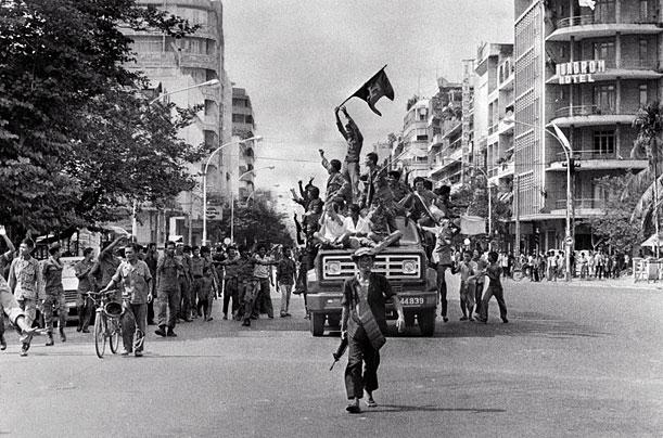 Khmer Rouge seize the capital, ending the civil war