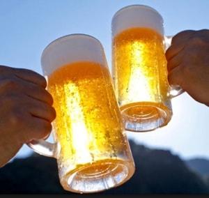 Proosten met een biertje in de zon