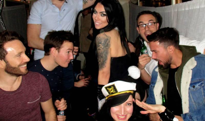 Rondvaart boot met vrouwelijke stripper