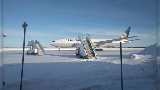 United_Airlines_plane_stuck_on_tarmac_fo_8_67915755_ver1.0_640_360_1548102410569.jpg