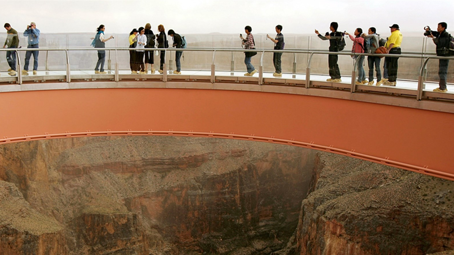 190329-grand-canyon-tourists-skywalk-walkway-2007-ac-503p_b9182709659f37e768489f368defd690.fit-2000w_1553987840985.jpg