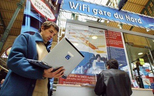 7766661481_un-usager-de-la-gare-du-nord-a-paris-teste-le-9-avril-2003-le-systeme-d-acces-a-l-internet-par-les-airs-wifi
