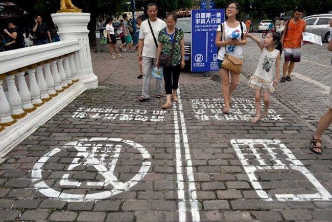 smartphone-sidewalk