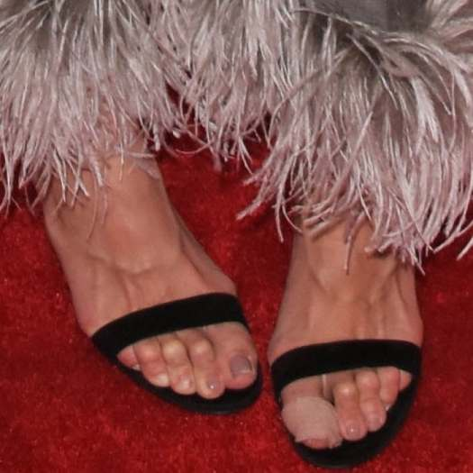 Katie Holmes shows off hercreepy toes in black sandals