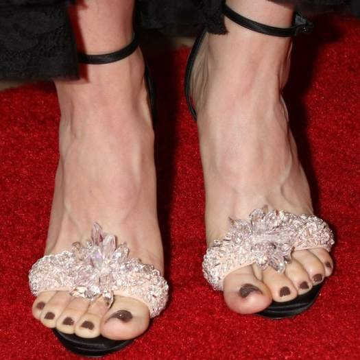 Alison Brie's overhanging toes in Christian Louboutin shoes