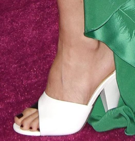 Kate Hudson displays her toes in 'Shade' sandals in white leather and black elaphe