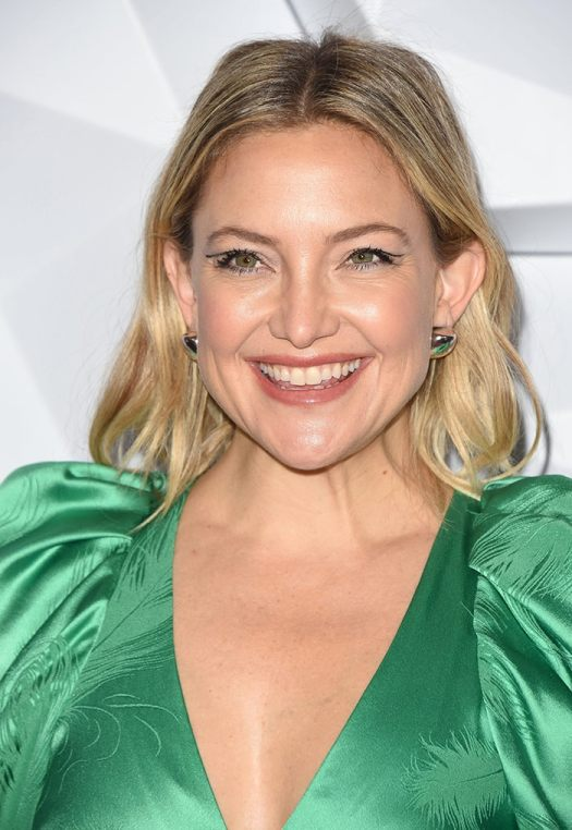Kate Hudson with blonde wavy hair and cut crease eyeliner