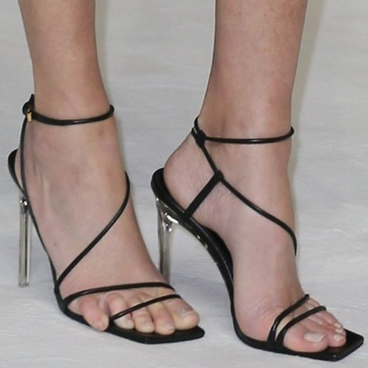 Elizabeth Banks' toes did their best to escape before the premiere of her movie