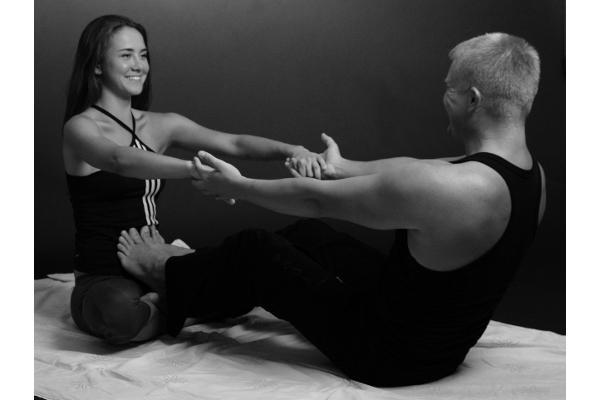 Максим Сергун йога с партнером