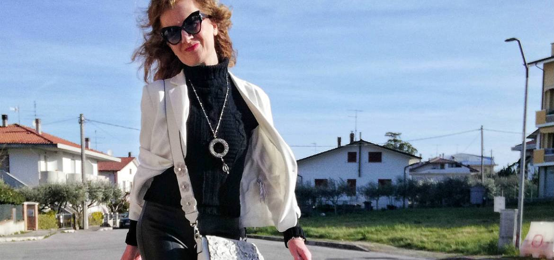 giacca bianca e pantaloni in finta pelle neri