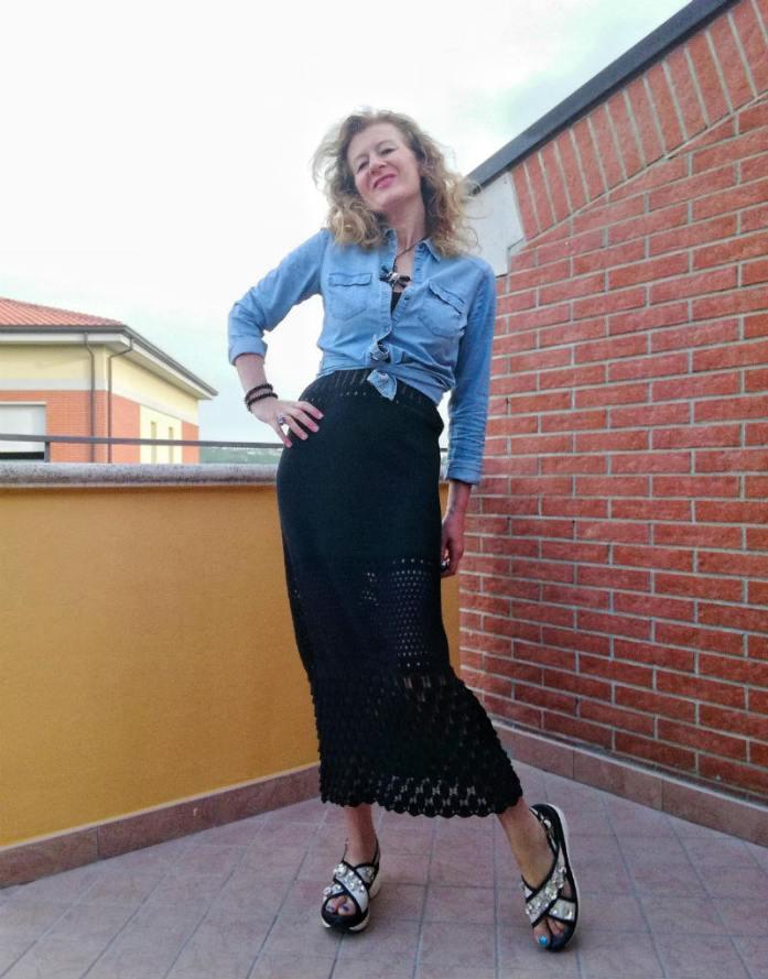 vestito uncinetto e camicia di jeans