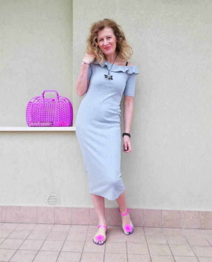 sandali e borsa di gomma con vestito elegante