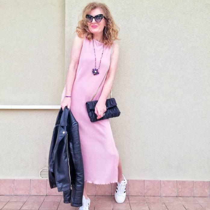 abito rosa e accessori neri
