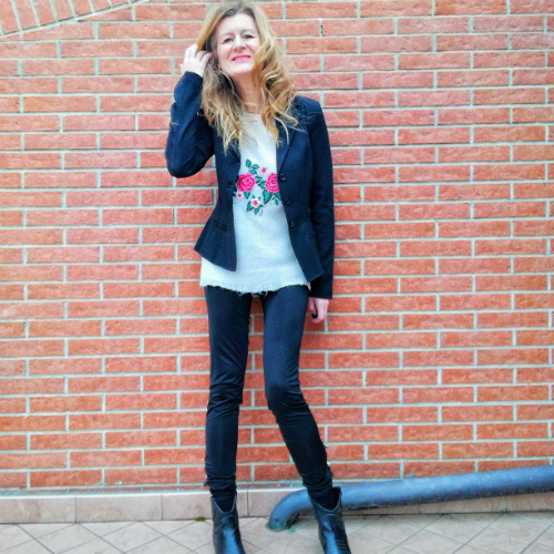 look total black con maglioncino a fantasia