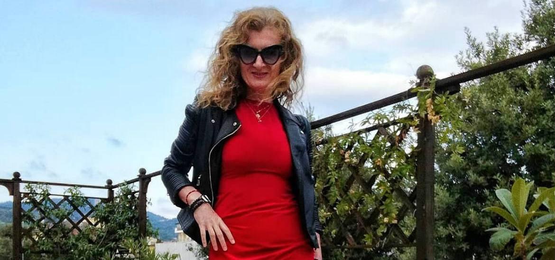 mix and match con chiodo nero e abito elegante rosso