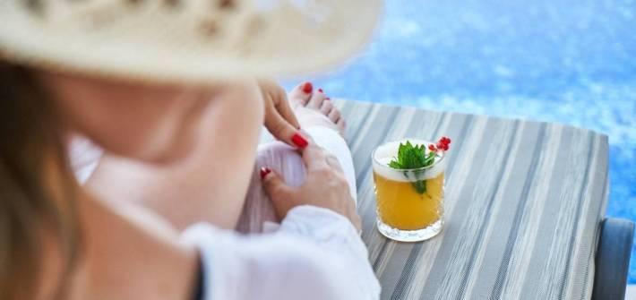 donna al mare con cappello in paglia