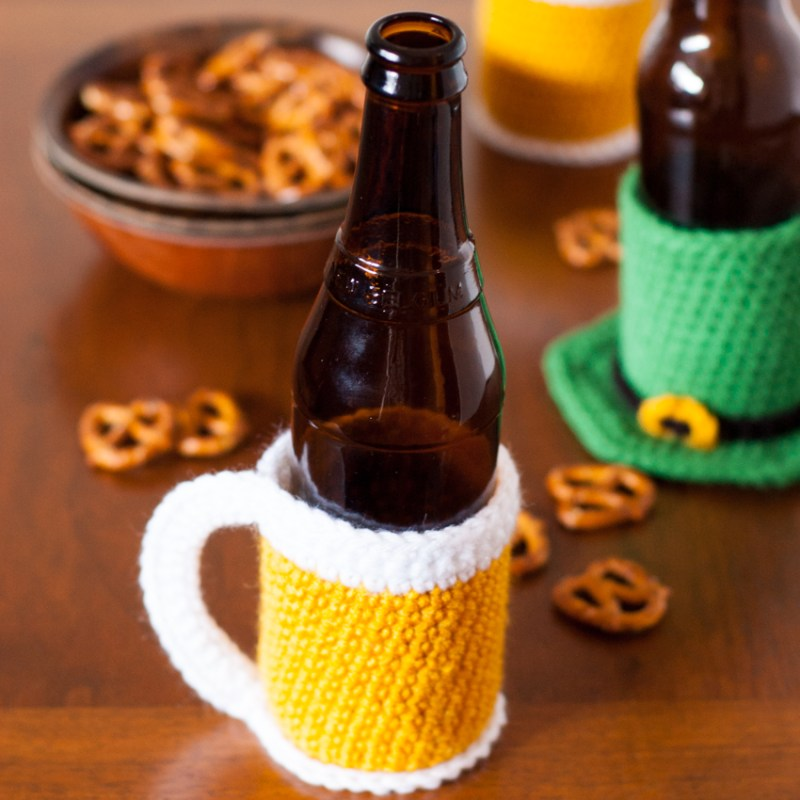 Crochet the world's cutest bottle cozy and celebrate the world's greatest beverage -- beer! Free Beer Mug Beer Cozy Pattern via @YouShouldCraft